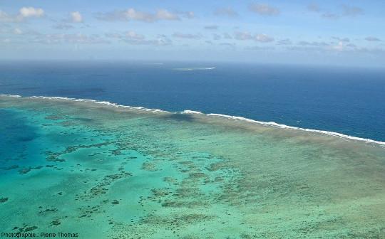 La côte Est de Moore Reef, vue en direction du Nord-Est, Grande Barrière de Corail, Australie