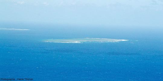 Vue lointaine sur Milln Reef, 7km au Nord-Est de Moore Reef, Grande Barrière de Corail, Australie