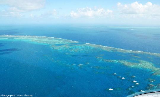 Vue sur la partie centrale d'Elford Reef, coupé par une très belle passe, Grande Barrière de Corail, Australie