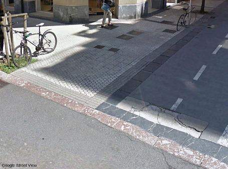 Exemple de dallage et de bordure de calcaire urgonien (rose) à rudistes dans une rue de Saint-Sébastien