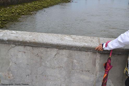 Vue d'ensemble sur le rebord d'une dalle recouvrant le parapet du Puente Santa Catalina