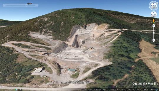 Vue aérienne de la carrière de Markina (Pays basque espagnol) exploitant le calcaire urgonien à fin de pierres et dalles semi-ornementales