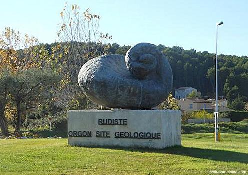 Rudiste géant en bronze à Orgon