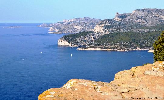 Vue d'ensemble du massif des Calanques, depuis le Cap Canaille avec un éclairage matinal de fin d'été