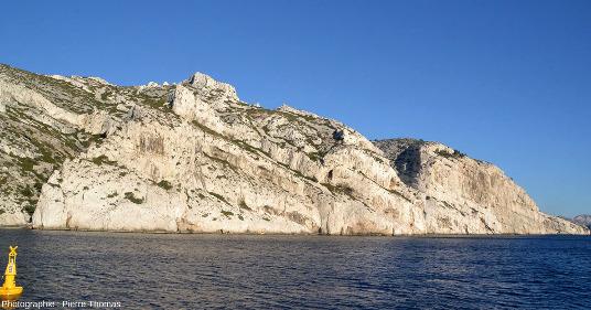 Zoom sur la droite (le SE) de la figure précédente montrant le pendage des couches urgoniennes, calanque de Sormiou