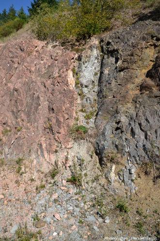 Contact Sud (à droite de la photo 7) entre du microgranite rose et des pélites gréseuses sombres