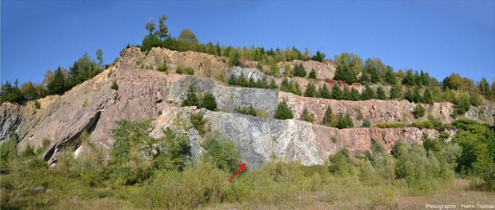 Vue globale d'une ancienne carrière à Cours-la-Ville, Rhône, située 1300m au Nord de l'affleurement de Pont-Trambouze