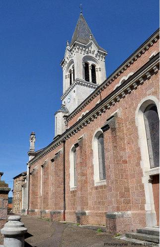 """L'église de Bourg-de-Thizy (Loire) dont les murs sont en """"granite rouge"""" local"""