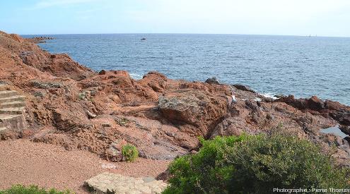 Vue plus élargie d'un secteur du sentier littoral de la Batterie des Lions où l'on localise les deux photos précédentes et l'étendue de la zone à prismes horizontaux