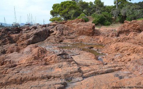 Autre vue prise du sentier littoral de la Batterie des Lions (Saint-Raphaël, Var) montrant l'étendue de la zone à prismes horizontaux