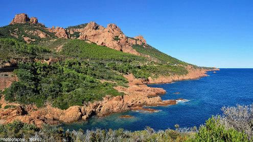 Les rhyolites rouges de l'Estérel forment parfois de très grandes masses, comme ici près de la calanque du Petit Caneiret, au pied du Pic du Cap Roux (commune de Saint-Raphaël)