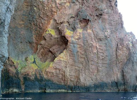 Prismes horizontaux de rhyolite rouge dans la réserve de Scandola (Corse)