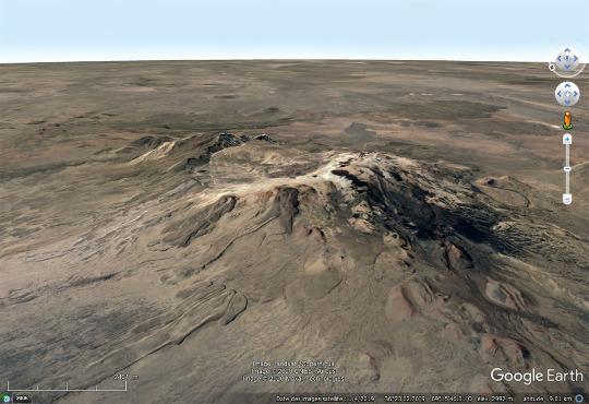 Vue aérienne du même flanc Nord-Ouest du Payun Matru et de sa caldeira sommitale, Argentine