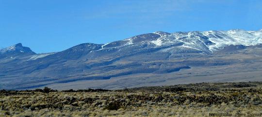 Vue sur les coulées visqueuses (trachytes) des flancs Nord et Nord-Ouest du Payun Matru, Argentine