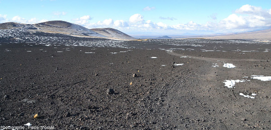 Les environs du Payun Matru, sur de très grandes étendues, sont souvent recouverts de scories basaltiques émises par des cônes pyroclastiques voisins, par exemple ceux de la gauche de la photo