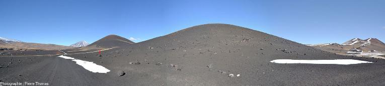 Mosaïque de photos couvrant 180° montrant un cône de scorie dont les flancs sont parsemés de bombes volcaniques, province volcanique du Payun Matru, Argentine