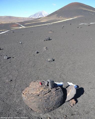 Grosse bombe volcanique sur les flancs d'un cône de scories, Argentine