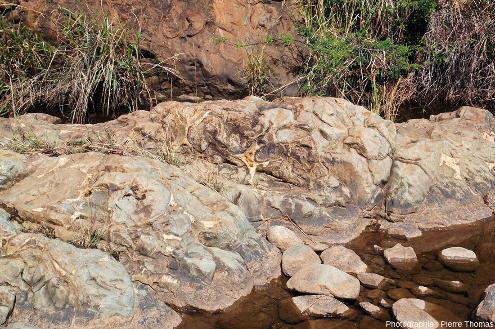 À quelques dizaines de mètres de l'affleurement précédent, le ruisseau recoupe des pillow lavas, preuve que ces coulées ont été émises sous l'eau