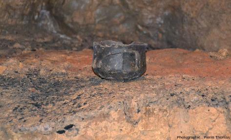 Autre poterie de belle facture dans la grotte de Foissac (Aveyron)