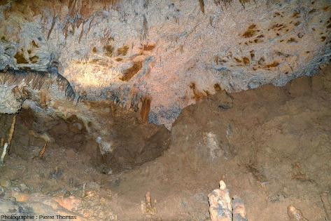 Grosse masse d'argile (quart inférieur droit de l'image) encore présente dans l'une des galeries de la grotte de Foissac (Aveyron)