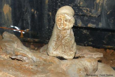Petite statuette paléolithique (probablement magdalénienne) trouvée en 2016 dans la grotte de Foissac (Aveyron)