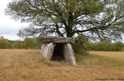 Le dolmen de Varaire (Lot,) non loin de la grotte de Foissac (Aveyron)