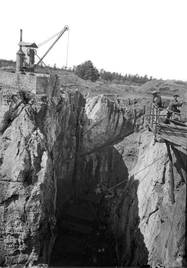 Photographie du XIXe siècle montrant la phosphatière de Raynal en début d'exploitation, phosphatière qui devait beaucoup ressembler à la phosphatière du Cloup d'Aural