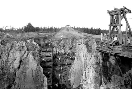 Photographie du XIXe siècle montrant la phosphatière de Raynal après une excavation avancée, phosphatière qui devait beaucoup ressembler à la phosphatière du Cloup d'Aural