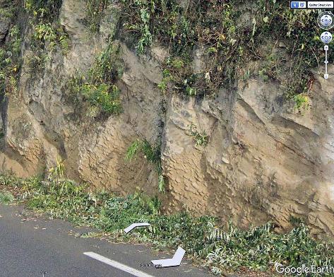 Concrétions gréseuses au sein de sable non consolidé en bord de route