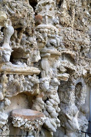 Autre secteur de la façade Est du Palais idéal montrant gogottes, grès aux formes diverses, morceaux de travertins, coquillages…