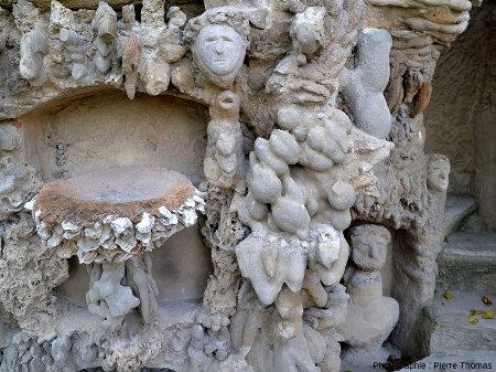 Zoom sur deux gogottes superposées et reliées par du ciment agrémenté de coquillages