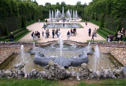 Bordure de l'une des deux cascades du Bosquet des Trois Fontaines, parc du château de Versailles