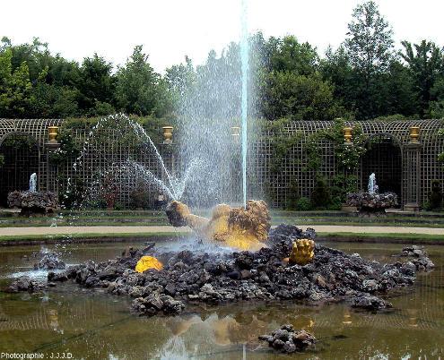Vue sur le centre du Bassin de l'Encelade et sur deux des huits fontaines qui l'entourent, parc du château de Versailles