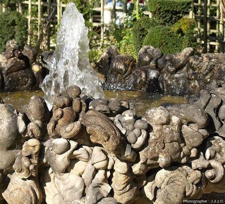 Détail de la vasque de l'une des huit fontaines entourant le bassin de l'Encelade, vasque entièrement recouverte/décorée de gogottes