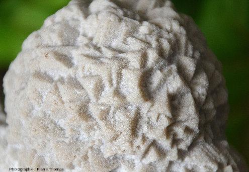 Vue de détail sur les amas cristallins de calcite de Bellecroix de la figure ci-dessus