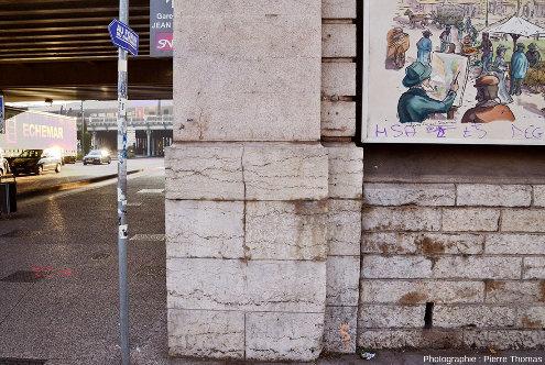 Position des blocs de calcaire bathonien, qui ont servi à faire les piles d'un pont ferroviaire, pont où a été établie récemment la gare de Jean Macé