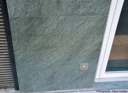 Plaques de péridotite plus ou moins schistosée et serpentinisée ornant l'entrée d'un immeuble