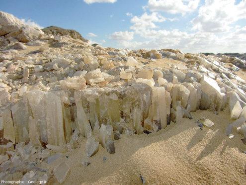 """Cristaux de calcite dans un filon sub-horizontal, """"la montagne de cristal"""", Égypte"""