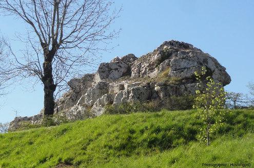 Vue générale du rocher de Château Banu, Puy-de-Dôme