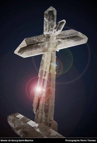 Macle de cristaux de quartz photographié en 2004 au Musée des minéraux et de la faune des Alpes de Bourg-Saint-Maurice (Savoie)
