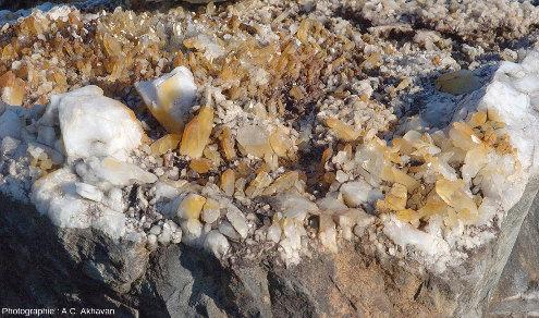 Gros bloc de grès recouvert de cristaux de quartz déposé à l'entrée de la Jim Coleman Mine, Arkansas