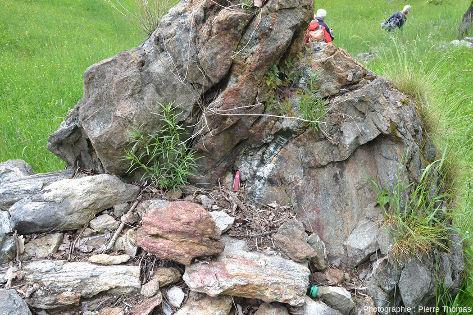 Bloc d'éclogite (pas très pédagogique car altéré et oxydé) éboulé d'une falaise