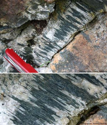 Gros plan sur le filon à quartz + amphibole du bloc éboulé d'éclogite
