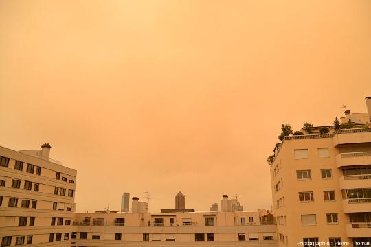 Le matin du samedi 6 février 2021, le jour s'est levé sur Lyon avec une couleur d'ambiance très inhabituelle, jaunâtre à rougeâtre, sous un ciel de même couleur comme l'attestent ces photos prise depuis mon appartement