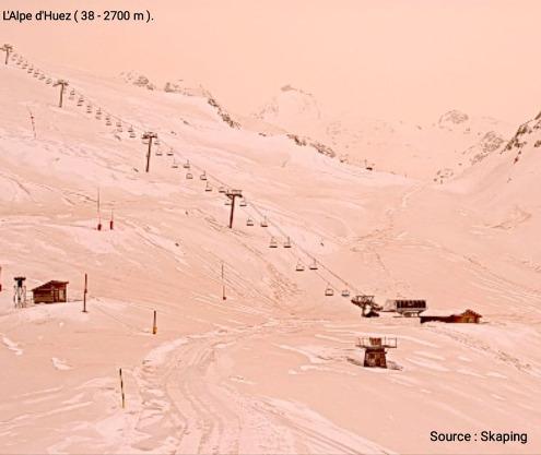 En cette mi-journée du 6 février 2021, la neige prend une couleur ocre très marquée du côté de l'Alpe d'Huez à 2700m d'altitude