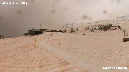 Autre image prise à l'Alpe d'Huez montrant la neige ocre vers 17h, avant l'arrivée de la nuit et de nouvelles chutes de neige
