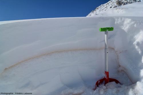 """Tranchée dans la neige (14/02) montrant un lit """"rouge"""" correspondant à la retombée de poussières sahariennes (06/02), ici dans le Queyras"""