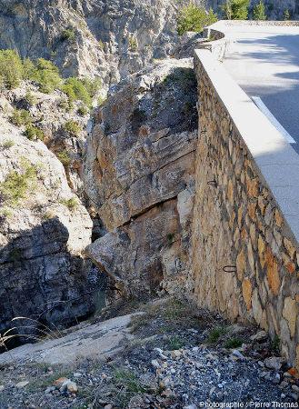 Situation des dalles de quartzites briançonnais en contrebas de la route des gorges du Guil (Hautes-Alpes)