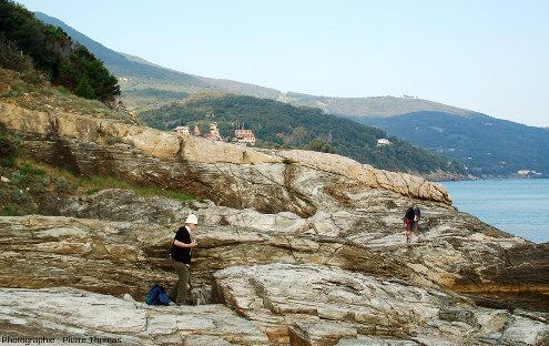 Affleurement de méta-calcaires à boudins et plis dans la Baie de Spartaia, Procchio, côte Nord de l'ile d'Elbe (Italie)