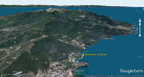 Vue aérienne de l'Ouest de l'ile d'Elbe (Italie) dominé par le Monte Capanne localisant le site de la Baie de Spartaia (punaise jaune) où ont été prises toutes les photographies de cet article